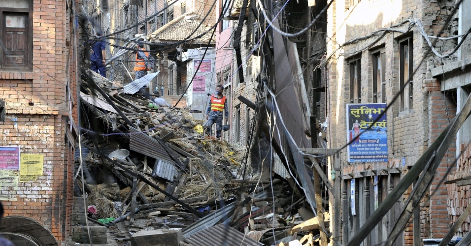 27.abr.2015 - Equipe de resgate procura por sobreviventes em destroços de edifícios de Bhaktapur, nos arredores de Katmandu. As construções foram danificadas pelo terremoto de magnitude 7,8 que sacudiu o país no sábado (25), deixando milhares de mortos, feridos e desabrigados