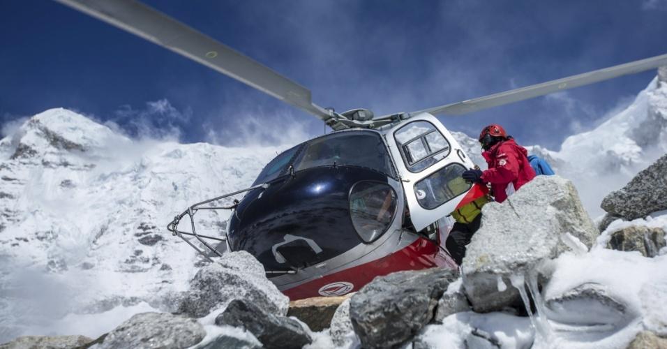 27.abr.2015 - Helicóptero de resgate chega a acampamento base do monte Everest, no Nepal, depois que região foi atingida por um avalanche causada por forte terremoto. O desastre matou ao menos 17 montanhistas que escalavam na região. O terremoto de magnitude 7,8, que sacudiu o Nepal no sábado (25), matou milhares de pessoas e deixou outras milhares feridas e desabrigadas