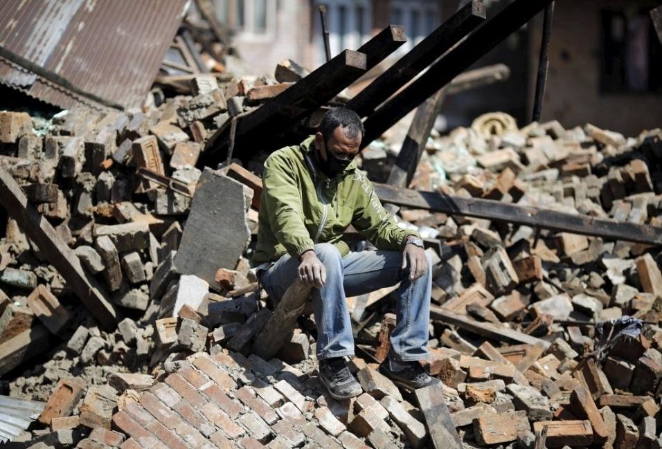 27.abr.2015 - Homem senta-se sobre os escombros de sua casa em Bhaktapur, no Nepal, destruída após terremoto de magnitude 7,8 que sacudiu o país no sábado (25)
