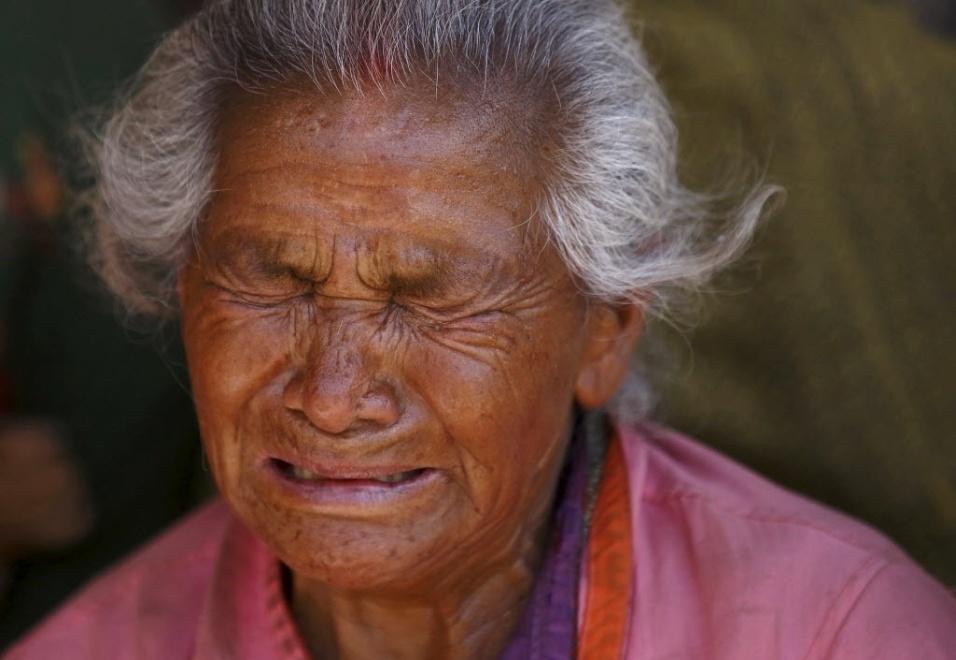 27.abr.2015 - Idosa de Bhaktapur, no Nepal, chora pela morte da neta, vítima de um terremoto de magnitude 7,8 que atingiu o país no sábado (25)