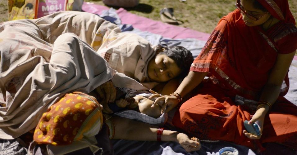 27.abr.2015 - Indianos dormem em campo de futebol em Siliguri, na Índia, depois que um terremoto de magnitude 7,8 ocorrido no sábado (25) no Nepal ter atingido a região. Milhares de pessoas morreram e muitas dormem ao relento por terem perdido suas casas ou pelo medo de novos terremotos