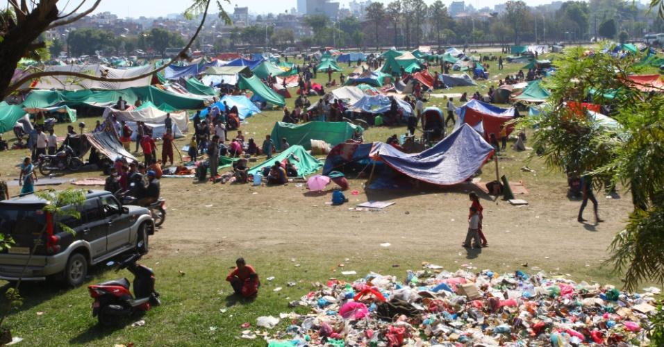 27.abr.2015 - Multidão se abriga em tendas no campo aberto de Tudikhel, en Katmandu, no Nepal, após um forte terremoto de 7,8 de magnitude ter atingido o país e regiões vizinhas, deixando milhares de mortos e desabrigados