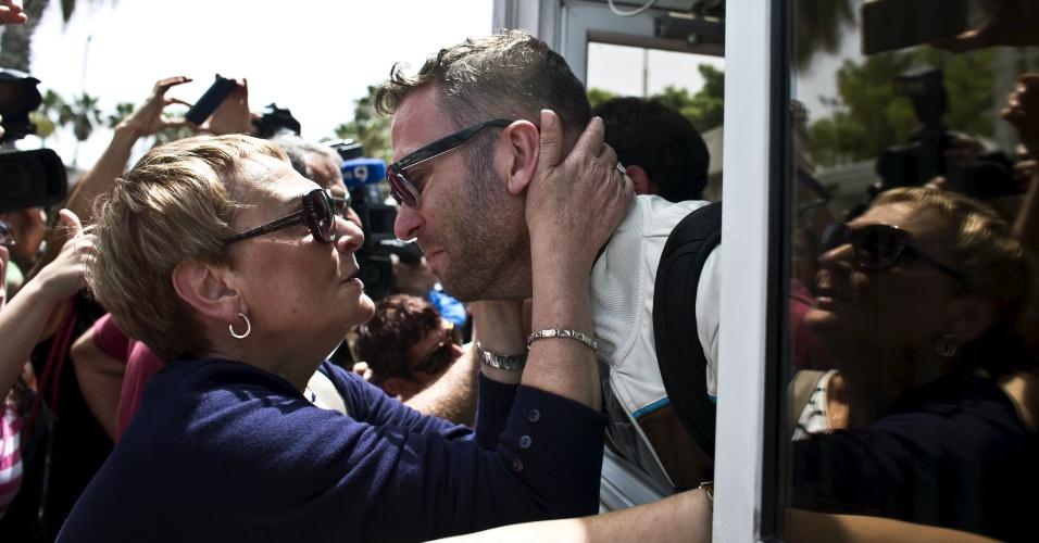 27.abr.2015 - O israelense Ohad Chitman é recebido por sua mãe no aeroporto de Sde Dov, em Tel Aviv, Israel, depois de ter sido evacuado do Nepal por causa dos fortes terremotos que atingiram o país no fim de semana. Israel começou a evacuar do país crianças nascidas de mães de aluguel e seus pais israelenses, um deles Chitman