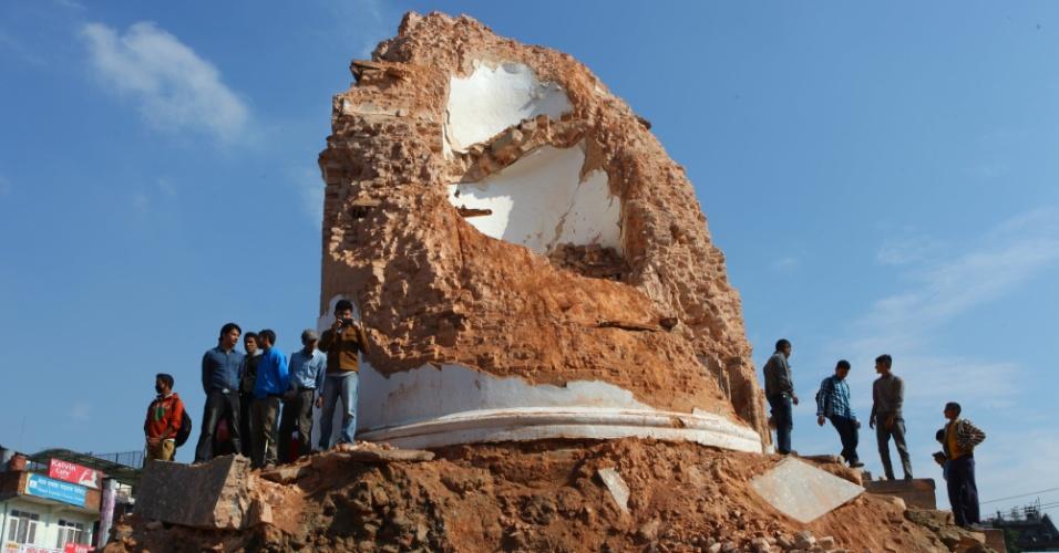 27.abr.2015 - Pessoas se reúnem em torno da torre histórica de Dharahara, uma das atrações turísticas da capital do Nepal, destruída por um forte terremoto em Katmandu, no sábado (25). O terremoto de 7,8 graus na escala Richter atingiu o centro, leste e centro-oeste do Nepal, e foi seguido por pelo menos 15 tremores secundários