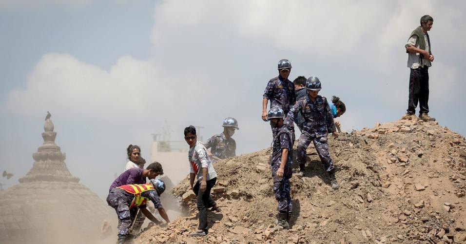 27.abr.2015 - Polícia do Nepal e voluntários varrem os escombros à procura de sobreviventes em meio as ruínas de templo atingido por um forte terremoto no sábado (25), em Katmandu, Nepal. O tremor mais intenso atingiu magnitude de 7,8 na Escala Richter, deixando milhares de mortos e desabrigados