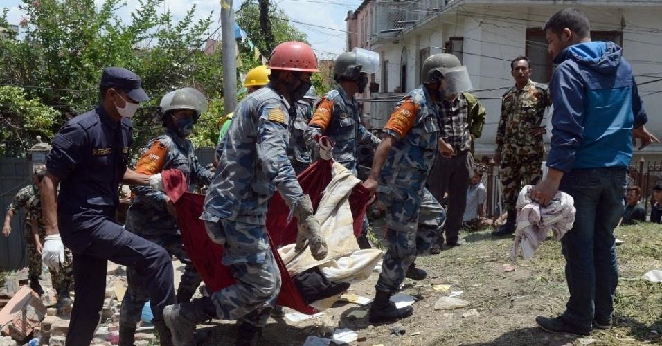 27.abr.2015 - Policiais nepaleses carregam o corpo de Chandrawati Mahat, 38, em Katmandu, vítima do forte terremoto de magnitude 7,8 que atingiu o Nepal no sábado (25). O fenômeno deixou milhares de mortos, feridos e desabrigados