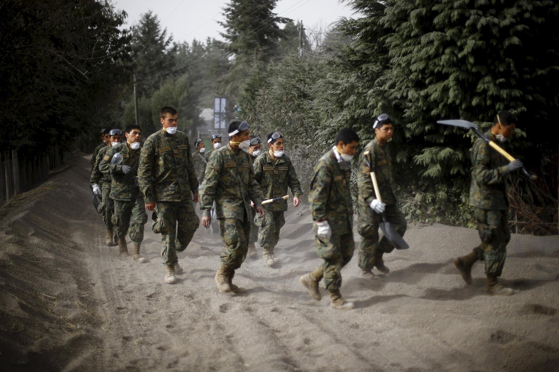 27.abr.2015 - Soldados do Exército chegam a Ensenada, na região dos Lagos, sul do Chile, para ajudar a população em uma área coberta pelas cinzas do vulcão Cabulco, nesta segunda-feira (27). Esforços massivos de limpeza continuam após o vulcão entrar em erupção, na semana passada