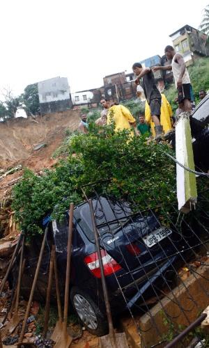 27.abr.2015 - Um carro caiu em uma encosta após deslizamento na comunidade do Barro Branco, em Salvador (BA), nesta segunda-feira (27). A forte chuva que atingiu a capital baiana nas últimas 24 horas havia deixado, até o início da noite, 11 mortos e causou uma série de alagamentos e deslizamentos de terra