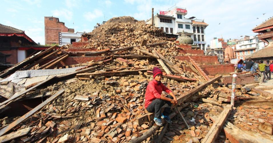 27.abr.2015 - Um homem senta-se sobre os escombros de uma estrutura após forte terremoto em Katmandu, no Nepal, no sábado (25). O terremoto de 7,8 graus na escala Richter atingiu o centro, leste e centro-oeste do país Nepal, e foi seguido por pelo menos 15 tremores secundários. Milhares de pessoas morreram e perderam suas casas