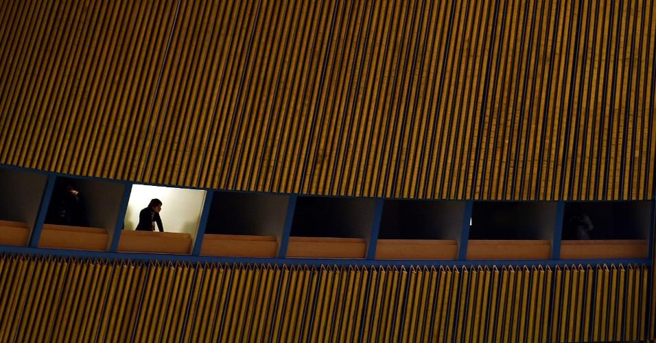 27.abr.2015 - Um jornalista observa a Conferência das Partes no Tratado de Não-Proliferação de Armas Nucleares 2015, na assembleia geral das Nações Unidas, em Nova York, nesta segunda-feira (27)