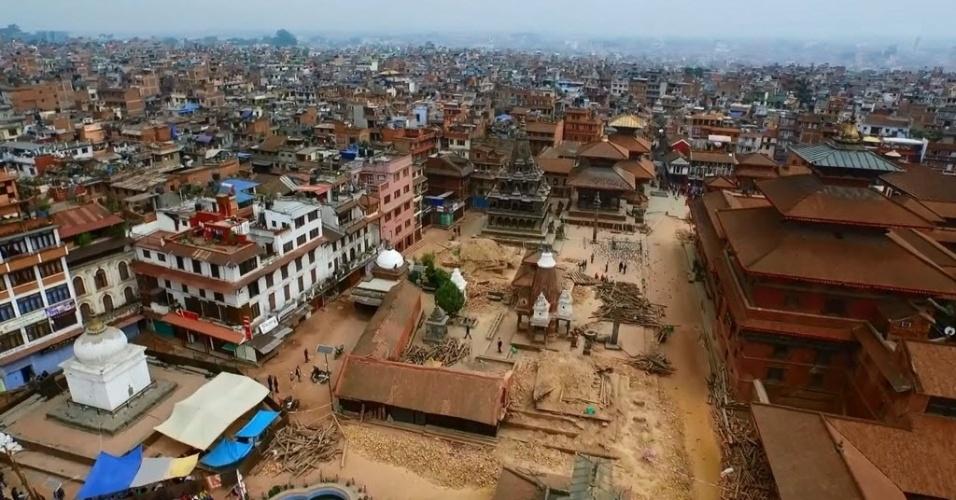 27.abr.2015 - Vista aérea de alguns edificios afetados pelo terremoto na praça Patan Durbar de Lalitpur, no Nepal. O número de mortos por conta do terremoto de magnitude 7,8 no sábado (25) está próximo de 4.000, a chuva da última noite e a falta de comunicação no país