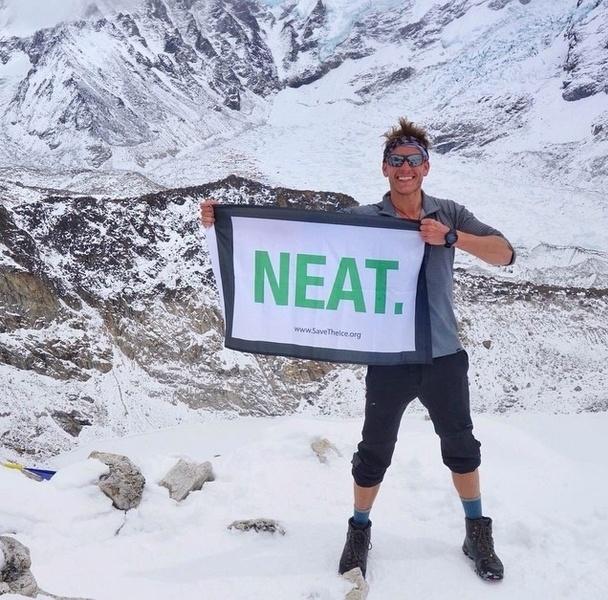 O norte-americano Dan Fredinburg, um executivo da Google, e ex-namorado da atriz Sophia Bush, foi morto no Monte Everest em uma avalanche desencadeada pelo forte terremoto de magnitude 7,8 que sacudiu o Nepal no sábado (25). Pelo menos 17 alpinistas morreram na montanha. Na foto, ele comemora chegada no topo do monte Kala Patthar, no Nepal