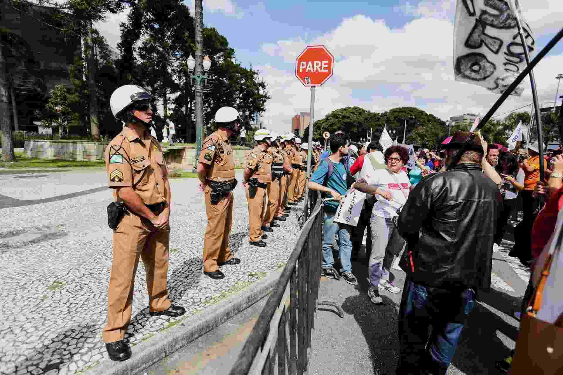 Professores estaduais seguem em greve nesta segunda-feira (27), em Curitiba (PR). Governador Beto Richa pediu que PM cercasse Assembleia - Joka Madruga/Futura Press/Estadão Conteúdo