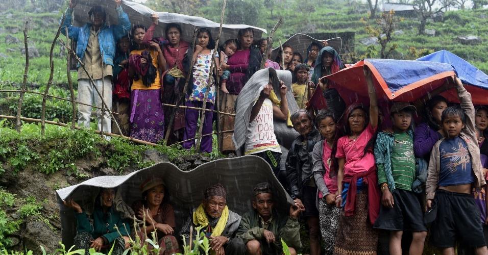 28.abr.2015 - Aldeões nepaleses se abrigam da chuva em Gorkha, Nepal, em 28 de abril de 2015. Equipes de resgate lutam para chegar às comunidades remotas que foram devastadas pelo terremoto de 7,8 de magnitude que matou milhares de pessoas
