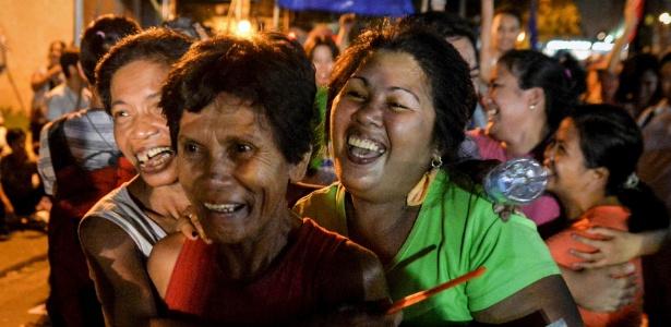 Ativistas comemoram o adiamento da execução de Mary Jane Veloso, em Makati, nas Filipinas - Ezra Acayan/Reuters