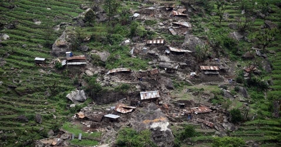 28.abr.2015 - Casas destruídas pelo terremoto ocorrido sábado (25) são observadas de um helicóptero das Forças Armadas indianas  na região de Gorkha. Aldeões famintos e desesperados correram em direção a helicópteros de socorro em áreas remotas do Nepal, implorando para serem levados para uma área segura, como água e comida, quatro dias após o terremoto que atingiu a capital do país