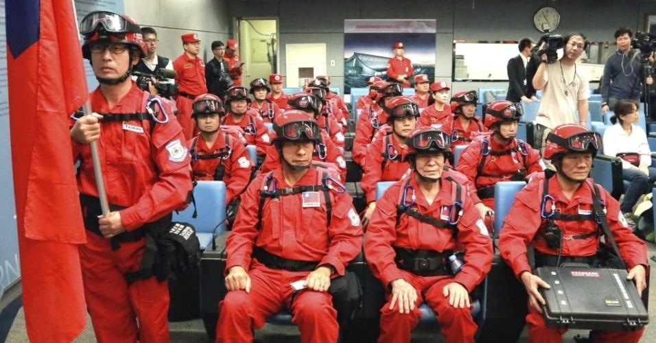 28.abr.2015 - Equipe de resgate está pronta para ir ao Nepal partindo pelo Aeroporto Internacional de Taoyuan, em Taiwan. A equipe organizada pelo monastério Fo Guang Shan inclui médicos e especialistas em resgate. Um terremoto de magnitude 7,8 atingiu o Nepal no sábado (25), causando destruição e milhares de mortes