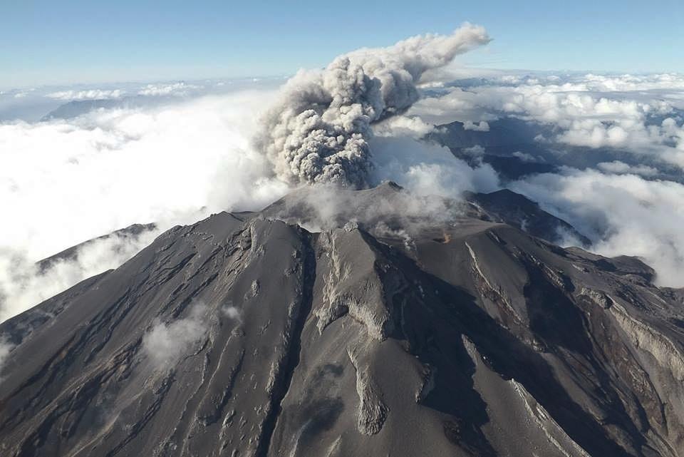 28.abr.2015 - Foto de vista aérea do vulcão Calbuco foi disponibilizada pelo Serviço Nacional de Minas e Geologia do Chile nesta terça-feira (28) após o vulcão entrar em erupção no dia 22, na província de Llanquihue, no sul do país