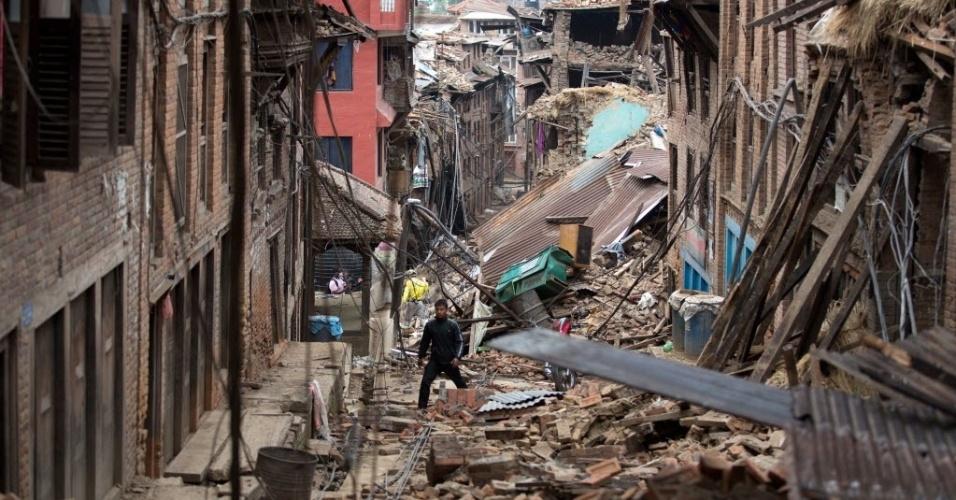 28.abr.2015 - Homem caminha por escombros de casas danificadas pelo terremoto ocorrido no sábado (25) em Bhaktapur, perto da Katmandu, capital do Nepal. Os trabalhos de resgate continuam dificultados devido ao mau tempo e falta de estrutura do país para responder a um desastre dessa magnitude. A equipe das Nações Unidas para avaliação e coordenação em casos de desastre (UNDAC) advertiu que o tempo para encontrar pessoas com vida está acabando