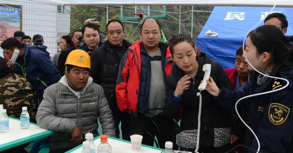 28.abr.2015 - Moradores da aldeia de Zham, na cidade de Xigaze, no Tibete, usam instalação telefônica improvisada para se comunicar com parentes. O povoado foi afetado pelo terremoto de magnitude 7,8 que sacudiu o Nepal no sábado (25) e pelos mais de 20 tremores subsequentes que causaram deslizamentos de terra e avalanches, bloqueando o acesso a algumas regiões