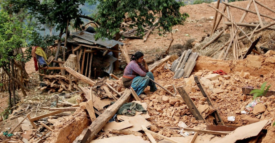 28.abr.2015 - Mulher senta-se sobre os escombros de sua casa em Sindhupalchowk, no Nepal, atingida pelo terremoto de magnitude 7,8 que sacudiu o país no sábado (25). A tragédia causou milhares de mortes e afetou 8 milhões de pessoas, segundo a ONU