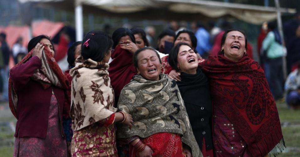 28.abr.2015 - Mulheres choram antes da cremação de uma vítima do terremoto em Bhaktapur, próximo a Katmandu, no Nepal. O tremor de magnitude 7,8 que sacudiu o Nepal no sábado (25) deixou milhares de mortos e foi sentido nos países vizinhos