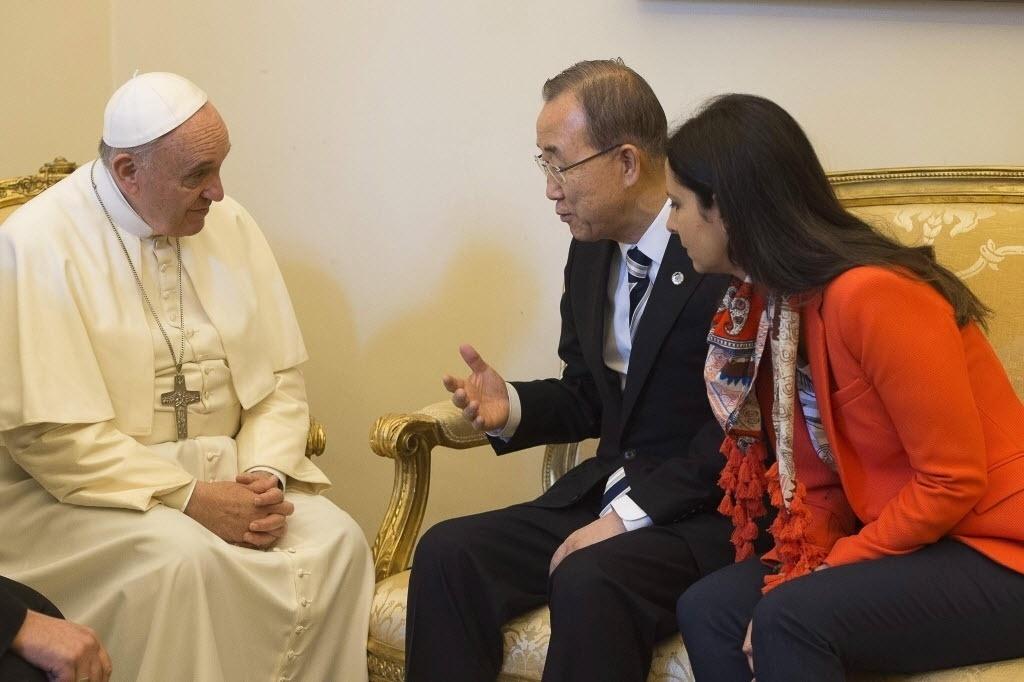28.abr.2015 - O papa Francisco recebeu nesta terça-feira (28) o secretário-geral das Nações Unidas, Ban Ki-moon, para conversar sobre questões relacionadas com a proteção do meio ambiente e naufrágios de barcos com imigrantes no Mediterrâneo