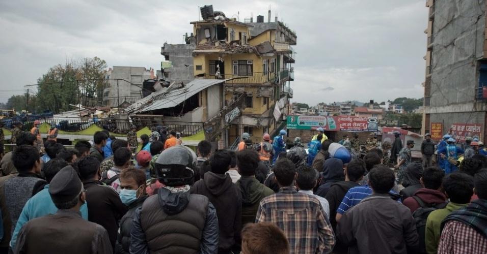 28.abr.2015 - Pessoas assistem à busca de socorristas por sobreviventes do terremoto que atingiu Katmandu, capital do Nepal, no sábado (25)