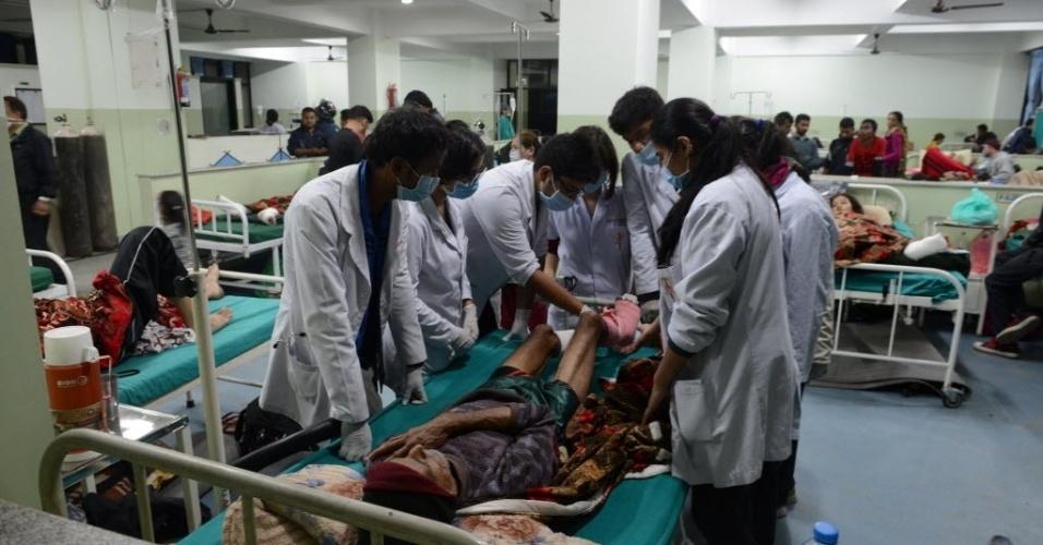 28.abr.2015 - Pessoas feridas recebem tratamento em um hospital em Katmandu. Aldeões famintos e desesperados correram em direção a helicópteros de socorro em áreas remotas do Nepal, implorando para serem levados para uma área segura, quatro dias após o terremoto que atingiu a capital do país e regiões do entorno no sábado (25)