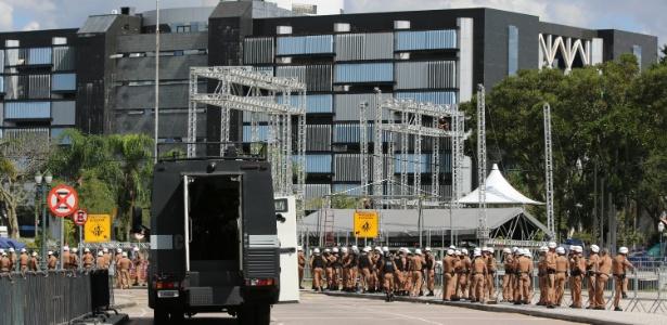 28.abr.2015 - Polícia Militar do Paraná impede professores da rede estadual, em greve, de chegar ao Centro Cívico, onde fica a sede da Assembleia Legislativa de Curitiba