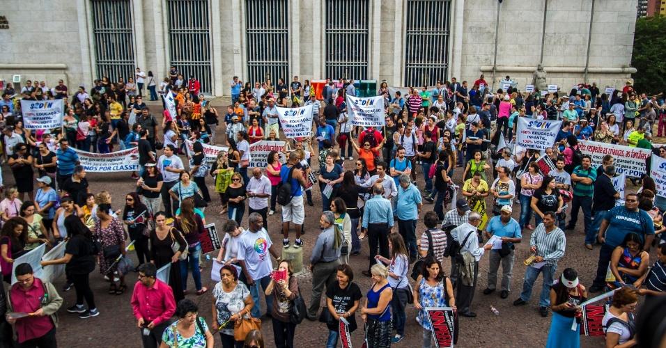 28.abr.2015 - Professores municipais de SP fazem ato e assembleia no Viaduto do Chá, em frente à Prefeitura de São Paulo, na tarde desta terça- feira (28), para marcar o Dia Internacional da Educação