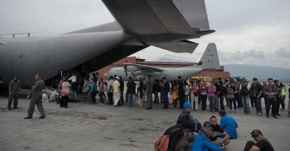 28.abr.2015 - Turistas embarcam em um avião de carga Air Force C-130 da Malásia no aeroporto de Katmandu, no Nepal, após um terremoto de 7,8 de magnitude ter atingido o país no sábado (25), causando muita destruição e milhares de mortes