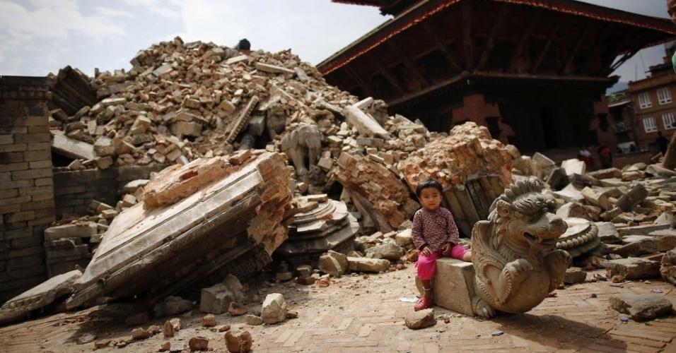 29.abr.2015 - Criança brinca nas ruínas da praça de Bhaktapur, no Nepal, destruída após o terremoto do sábado (25). O número de mortos passou de 5.000 nesta quarta-feira (29), e autoridades reconheceram ter cometido erros na resposta inicial à tragédia, deixando sobreviventes isolados em vilarejos remotos esperando por ajuda