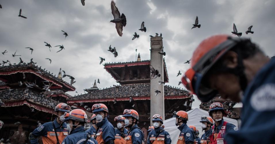 29.abr.2015 - Equipe japonesa se reúne para o início dos trabalhos de resgate no centro histórico de Katmandu, no Nepal. Além dos socorristas, o Japão doou mais de US$ 8 milhões para ajudar na reconstrução do país, devastado por um forte terremoto de magnitude 7,8 no dia 25 de abril. Mais de 5.000 mortes foram confirmadas e outros 11 mil feridos superlotam os hospitais do país