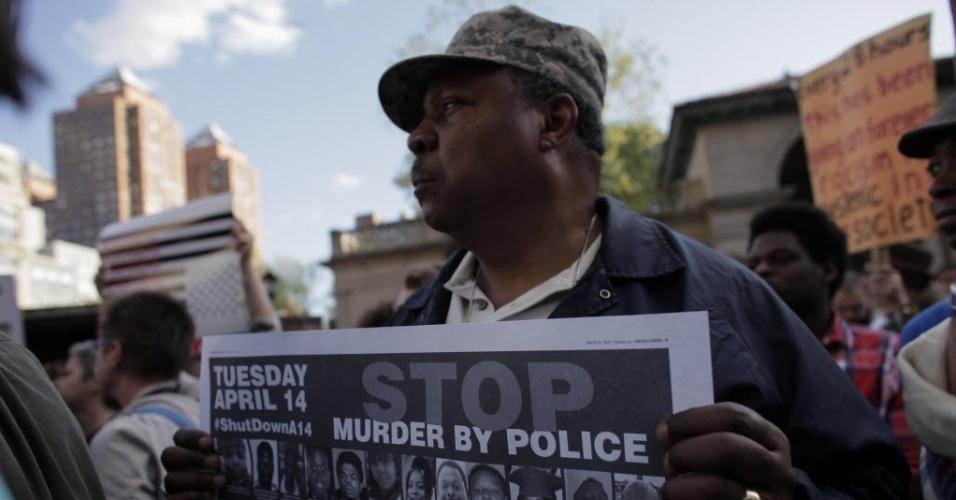 29.abr.2015 - Homem participa de um ato em Nova York em solidariedade aos protestos em Baltimore, iniciados há uma semana após o anúncio da morte sob custódia policial de Freddie Gray, 25
