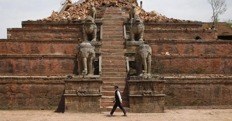 29.abr.2015 - Homem passa pelas ruínas da praça de Bhaktapur, no Nepal, destruída após o terremoto do sábado (25). O número de mortos passou de 5.000 nesta quarta-feira (29), e autoridades reconheceram ter cometido erros na resposta inicial à tragédia, deixando sobreviventes isolados em vilarejos remotos esperando por ajuda
