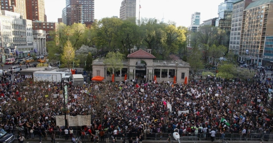 29.abr.2015 - Manifestantes lotam a Union Square, em Nova York, durante ato de solidariedade com protestos realizados na cidade de Baltimore, iniciados há uma semana após o anúncio da morte sob custódia policial de Freddie Gray, 25