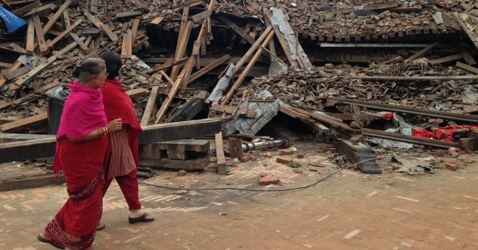 29.abr.2015 - Mulheres observam escombros de construções que desabaram em uma rua da cidade de Bhaktapur, no Nepal, após os terremotos de sábado (25)