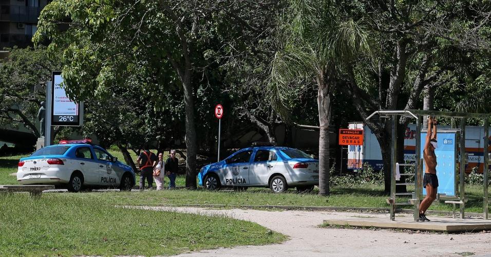 29.abr.2015 - Desde o último fim de semana, segundo a Polícia Militar, o patrulhamento é reforçado com rondas diárias de carros da PM, policiais a pé, veículos elétricos, motos e policiais militares em bicicletas. O esquema de policiamento começa às 6h.