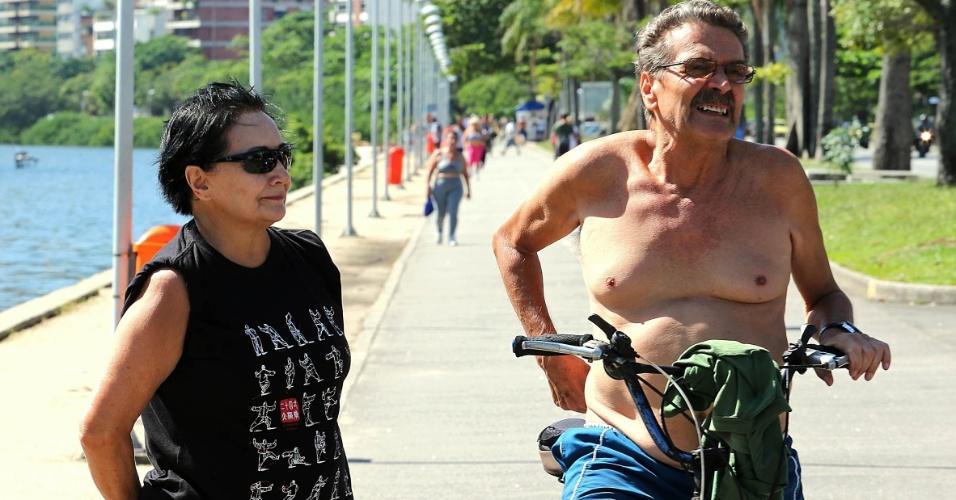 """29.abr.2015 - A aposentada Nilza Moreno (à esquerda), 68, afirmou já ter sofrido uma tentativa de assalto quando realizava uma caminhada matinal. """"Como eu estava sem carteira e sem celular, ele [o criminoso] tentou levar os óculos que eu estava usando. A vontade que tive foi de empurrá-los e jogá-los na Lagoa. Como eu esbocei reagir, ele se assustou e acabou correndo"""", relatou. Amigo de Nilza, o engenheiro Joaquim Duarte, dono de uma oficina de bicicletas, disse que as reclamações de clientes são constantes. """"Toda semana, pelo menos um cliente reclama de ter sofrido uma tentativa de assalto."""""""