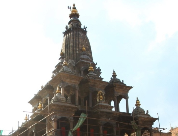 29.abr.2015 - O templo Krishna Mandir, localizado na cidade de Lalitipur, resiste ao terremoto que atingiu o Nepal no sábado (25)