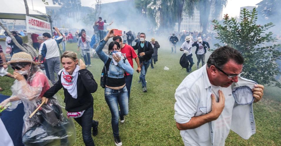 29.abr.2015 - Policiais militares jogaram bombas de gás e atiraram balas de borracha contra professores da rede estadual de ensino e servidores em greve que protestavam na praça Nossa Senhora de Salete, no Centro Cívico de Curitiba (PR), contra projeto, já aprovado, que autoriza o governador Beto Richa (PSDB) a usar recursos do fundo de pensão ParanaPrevidência como parte das medidas de austeridade e ajuste fiscal. Centenas de manifestantes ficaram feridos