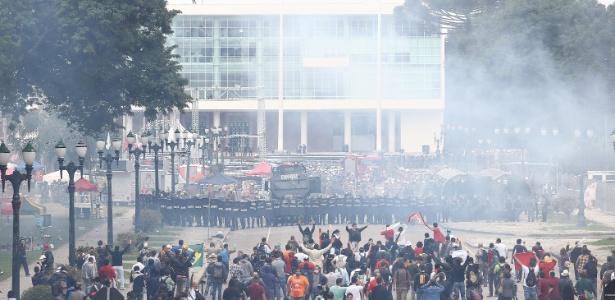 29.abr.2015 - Professores da rede estadual de ensino e servidores em greve do Paraná entram em confronto com a Polícia Militar que acompanhavam o ato em frente à Assembleia Legislativa do Estado