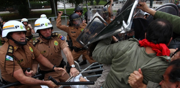 Policiais durante confronto com professores em Curitiba - Paulo Lisboa/Brazil Photo Press/Estadão Conteúdo