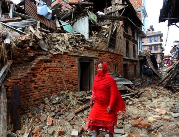 29.abr.2015 - Uma mulher caminha entre escombros deixados pelo terremoto ocorrido no sábado (25) na cidade de Lalitpur, no Nepal. O tremor de magnitude 7,8 deixou mais de 5.000 mortos e mais de 10.000 pessoas feridas