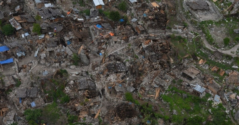 29.abr.2015 - Vista aérea mostra casa danificadas em Gorkha, no Nepal. Aldeões famintos desesperados correram em direção a helicópteros que sobrevoaram a região. O governo da China anunciou nesta quarta-feira (29) o envio de uma segunda remessa de ajuda humanitária ao país, no valor de 40 milhões de iuanes (US$ 6,54 milhões), que serão destinados às vítimas do terremoto