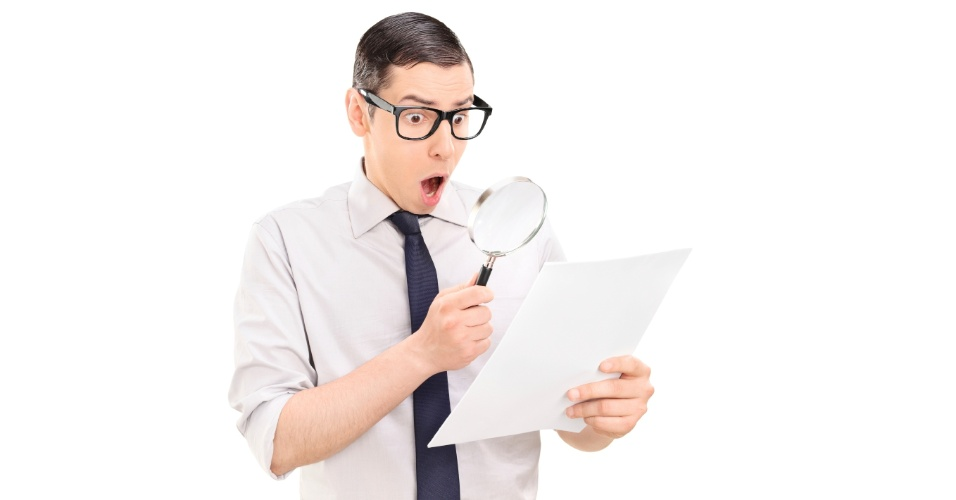 Homem assustado vendo papel, conta telefônica, internet