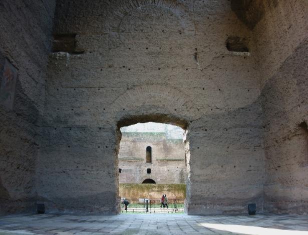 30.abr.2015 - Em 2009, um terremoto atingiu a Itália, ameaçando relíquias históricas em Roma. As antigas termas romanas de Caracalla, construídas entre os anos 212 e 216, durante o reinado do imperador Caracalla, chegaram a ser danificadas, mas permaneceram firmes. A cidade de L'Aquila teve menos sorte e foi destruída