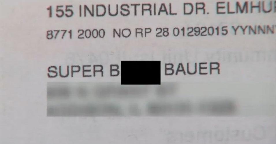 """Mary Bauer era cliente da Comcast, operadora de TV dos Estados Unidos, e recebeu uma correspondência que dizia: """"Super Bitch Bauer"""" (algo como """"supercadela"""" ou """"superchata"""") em vez do seu nome. Mary disse acreditar que sua correspondência veio dessa forma, pois reclamou diversas vezes da qualidade do sinal de sua TV a cabo. Consultada, a Comcast disse que iria se retratar com a consumidora"""