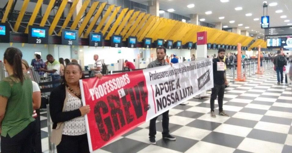 29.abr.2015 - Professores fazem manifestação no saguão do aeroporto de Congonhas no início da tarde desta quarta (29). Segundo a assessoria de imprensa do aeroporto, o protesto não interferiu no funcionamento do local -- a estimativa é de que cerca de 30 grevistas participaram